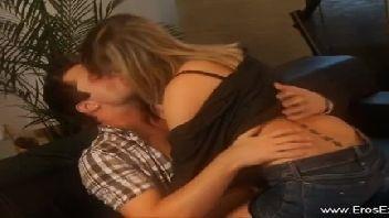 Loira e o seu namorado fazendo um amor gostoso