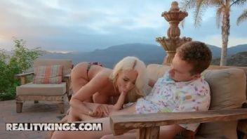 Loira peituda muito gostosa mamando muito seu namorado rico