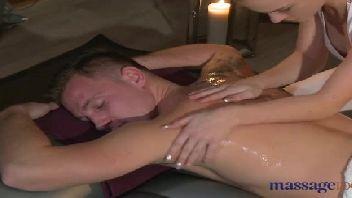 Massagem intensa com a loira safada evando cacete duro na sua xoxota