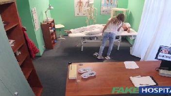 Medico safado comendo a buceta de sua paciente taradinha
