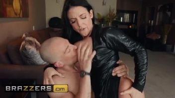 Morena coroa muito gostosa dando para seu marido careca