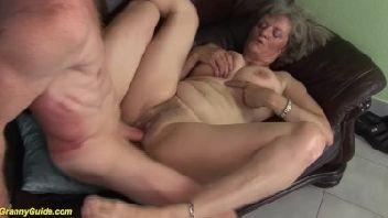 Velha muito safada dando sua bucetinha para seu amante bem mais novo