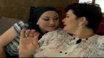 Mãe e filha lésbicas na sacanagem