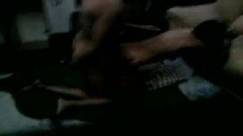 Mulher filmada fudendo na sala de casa