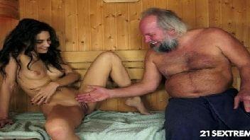 O velho tarado metendo na sauna com a safadinha