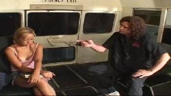 Encoxada no ônibus do motorista metendo na novinha loirinha gostosa