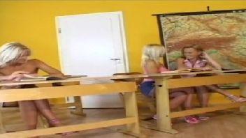 Lésbicas loiras safadas gozando com muito prazer dentro de sala