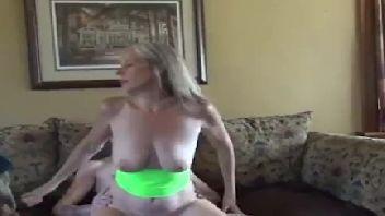 Mãe e filho em uma foda incestuosa com muito prazer