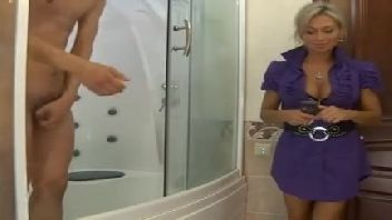 Mamae gostosa metendo com o seu filho no banheiro