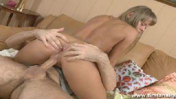 Ninfetinha adorável louca de tesão dando no quarto para o seu namorado
