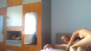 Novinha flagrada trepando com o marmanjo no quarto