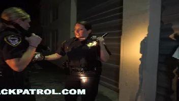 Policiais safadas dando para o malandro da pica preta