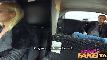 Taxista loira gostosa dando para o seu passageiro comedor