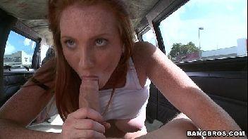 Ruiva porno novinha dos cabelos ruivos batendo um belo boquete