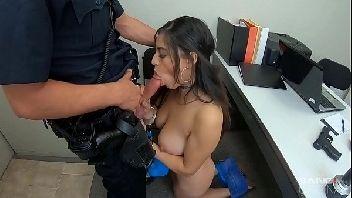Porno policial comendo novinha maconheira e ladra