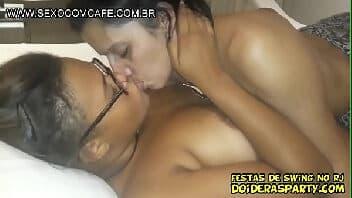 Lesbicas esfregando e fazendo sexo quente no quarto de motel sendo filmadas