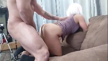Video de sexo online milf peituda trepando forte com o prostituto pauzudo