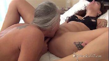Bucetas de coroas bêbadas se masturbando e fazendo sexo oral uma na outra