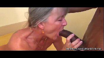 Casada gostosa dando a buceta para o amante negão