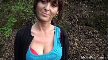 Coroacaseira no meio do mato pagando boquete e dando a buceta