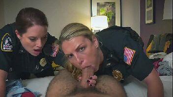 Hotsex policiais mulheres fazendo sexo a três com o traficante negão