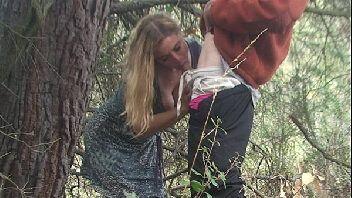 Sanbapono loira de vestido fazendo sexo no meio do mato