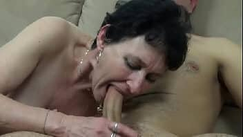 Velha dando o cu para o jovem dotado no sofá